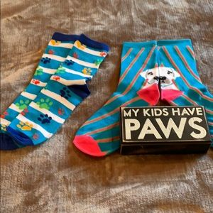 """My kids have paws"" sign w/ 2 BRAND NEW socks"